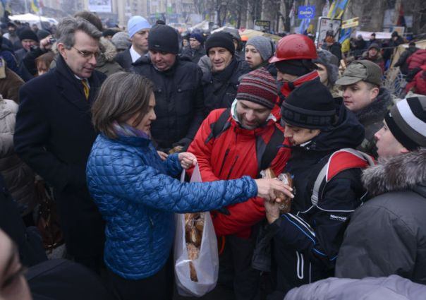 Nuland giving out cookies in 3